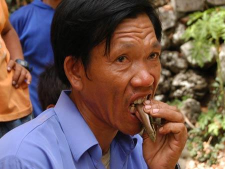 Người ăn sống rắn, bọ cạp mơ lên truyền hình thế giới
