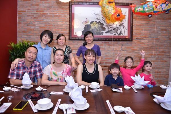 Bữa tiệc gia đình ấm cúng tại nhà hàng Vương Quốc Tôm.