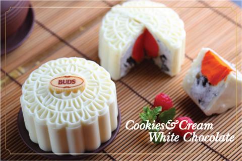 Chiếc bánh trung thu vị kem Cookies & Cream với 2 gam màu đen trắng làm nổi bật nhân lòng đỏ bằng Sherbet cam.