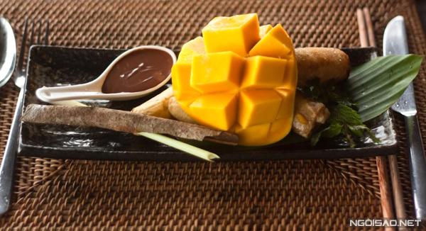 Trái cây nhiệt đới rưới chocolate