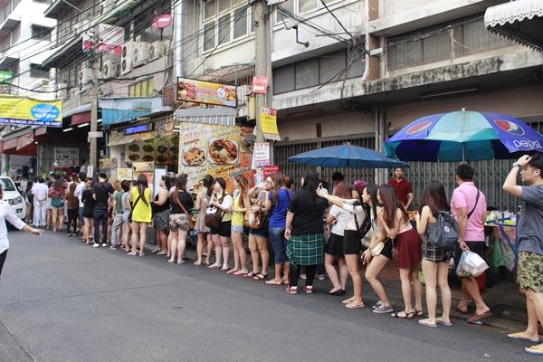 Kiên nhẫn ở tiệm mì hoành thánh ngon nhất Bangkok