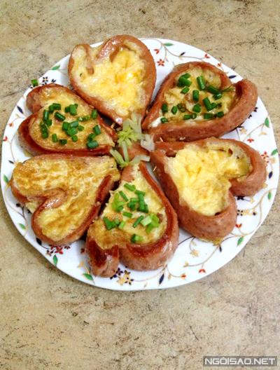 Trứng rán xúc xích hình trái tim