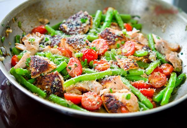 Cá hồi xào đậu đỗ và cà chua bi