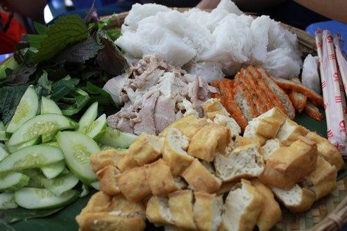 Các nhà hàng đựng đồ ăn bằng mẹt giữa lòng Hà Nội