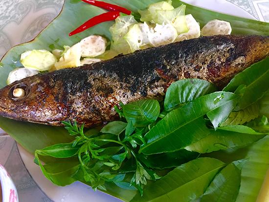 Chống ngán ngày Tết với cá nướng cuộn rau rừng