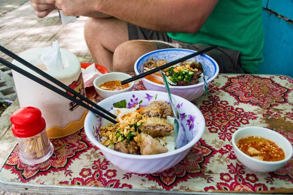 Bún thịt nướng chả giò hấp dẫn hai người nếm thử ở Sài Gòn