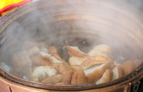 Bánh mì sẽ được hấp bằng xửng tre để hơi ẩm dữ được lâu và đều