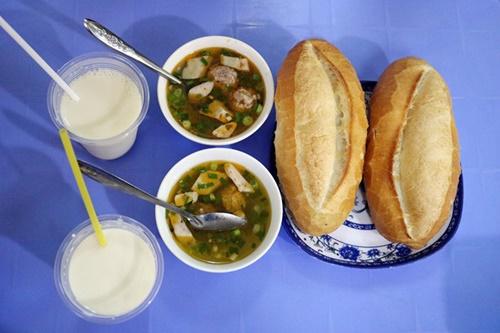 Xíu mại được để vào chén cùng da heo thơm thơm, beo béo, nước dùng cay cay vừa miệng ăn kèm bánh mì nóng giòn /// NHẬT DIỄM