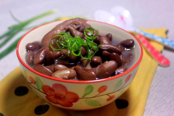 Canh móng giò hầm đậu đỏ bổ dưỡng
