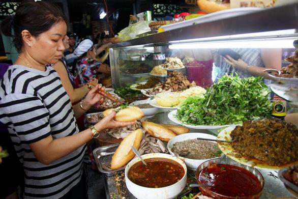 Hơn 20 nhân bánh khác nhau từ chả giò, thập cẩm, pate cho đến thịt bò cuộn phô mai, thịt xông khói… rất bắt mắt